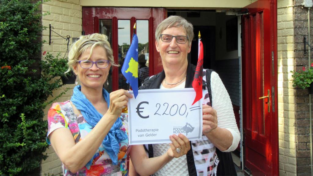 Teresa van Gelder overhandigt de cheque aan Margreet van Putten
